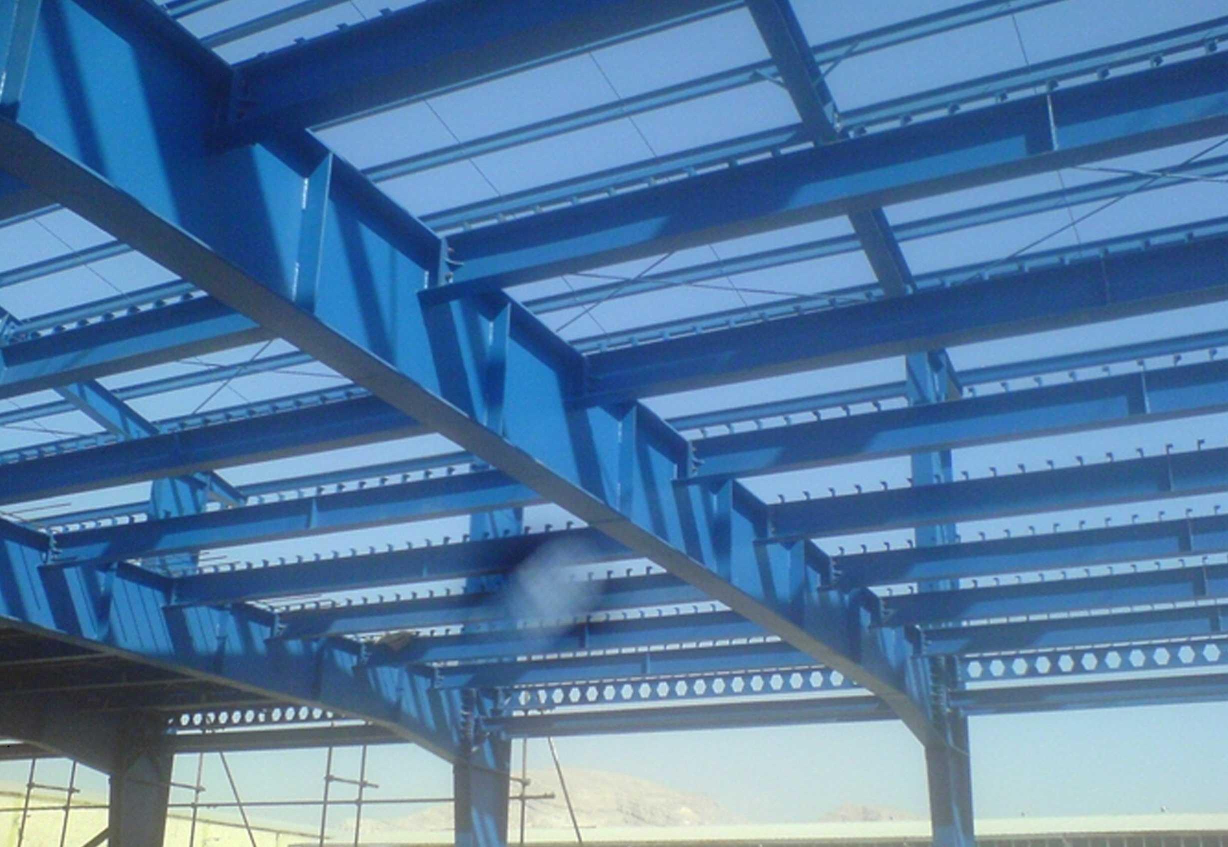 تصویر سقف بدون پوشش یک سوله نیمه کاره