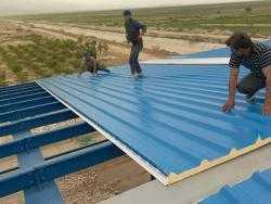 تصویر پنل ساندویچ سقفی سوله در هنگام نصب